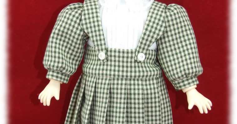 Reproduction Décembre 1907 – Robe à bretelles et béret, tenue pour poupée Bleuette