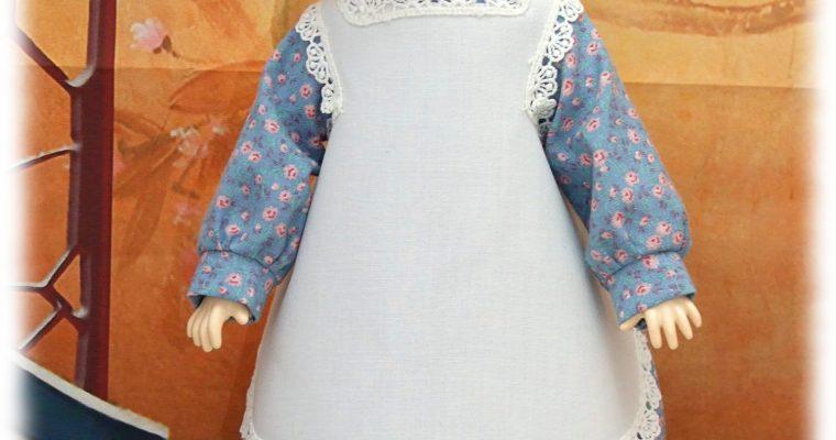 Reproduction de tenue pour poupée Bleuette – robe de mars 1905 et tablier d'avril 1905