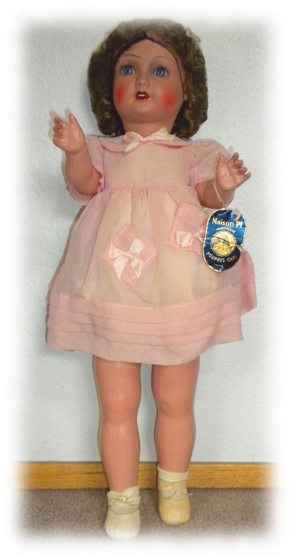 """Poupées """"Bébé Capi"""" dans leurs tenues, étiquettes et boîtes d'origine."""